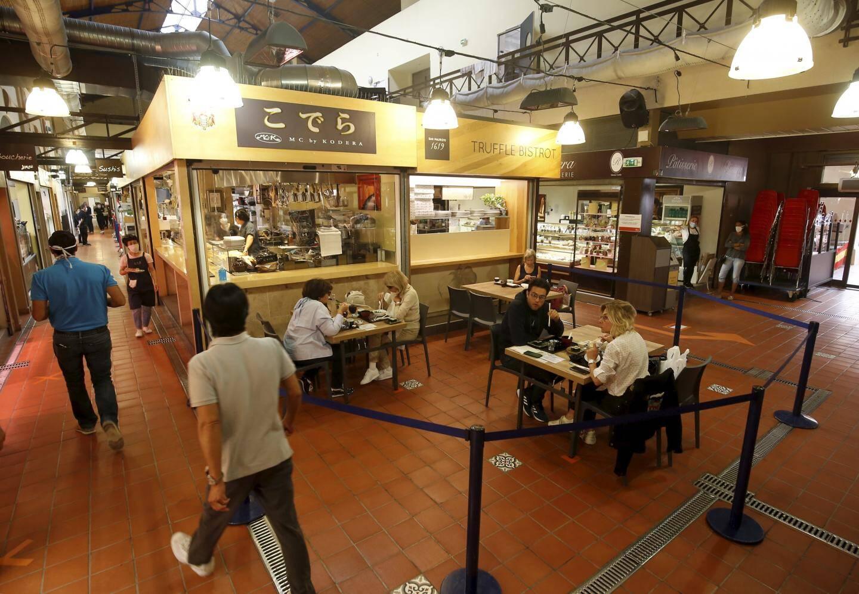 À l'intérieur, seize tables de quatre personnes sont disséminées dans la halle.