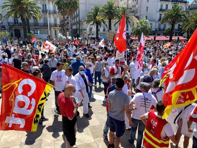 Sur la place de la Liberté, le cortège des personnels soignants réunis ce mardi à Toulon.