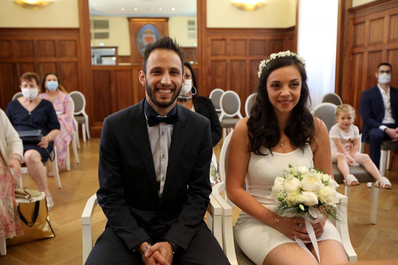 Michaël et Morgane, premiers mariés du « monde d'après » à Nice, entourés de leurs proches masqués.