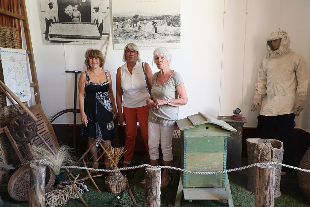 De gauche à droite : Brigitte Rinaudo-Pineau, initiatrice de l'exposition et conseillère municipale ; Catherine Huraut, adjointe municipale en charge de la culture et organisatrice, et Michèle Capdevielle, conseillère municipale et organisatrice.
