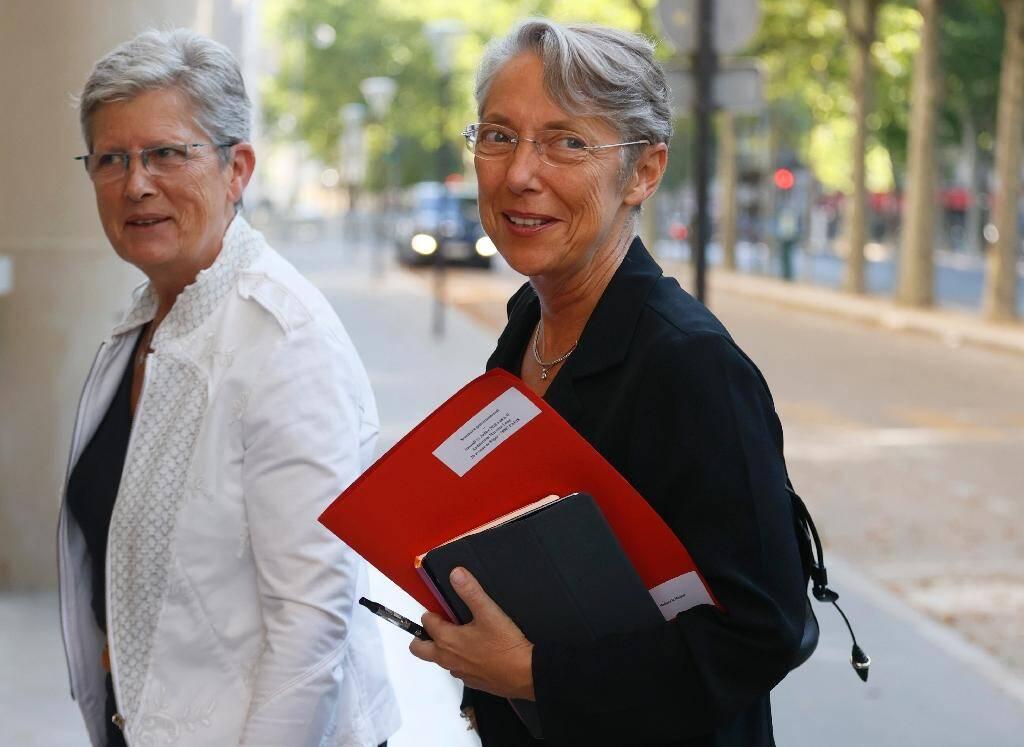 Genevieve Darrieussecq, ministre déléguée auprès de la ministre des Armées,  et Elisabeth Borne, ministre du Travail, à leur arrivée au séminaire, le 11 juillet 2020 à Paris