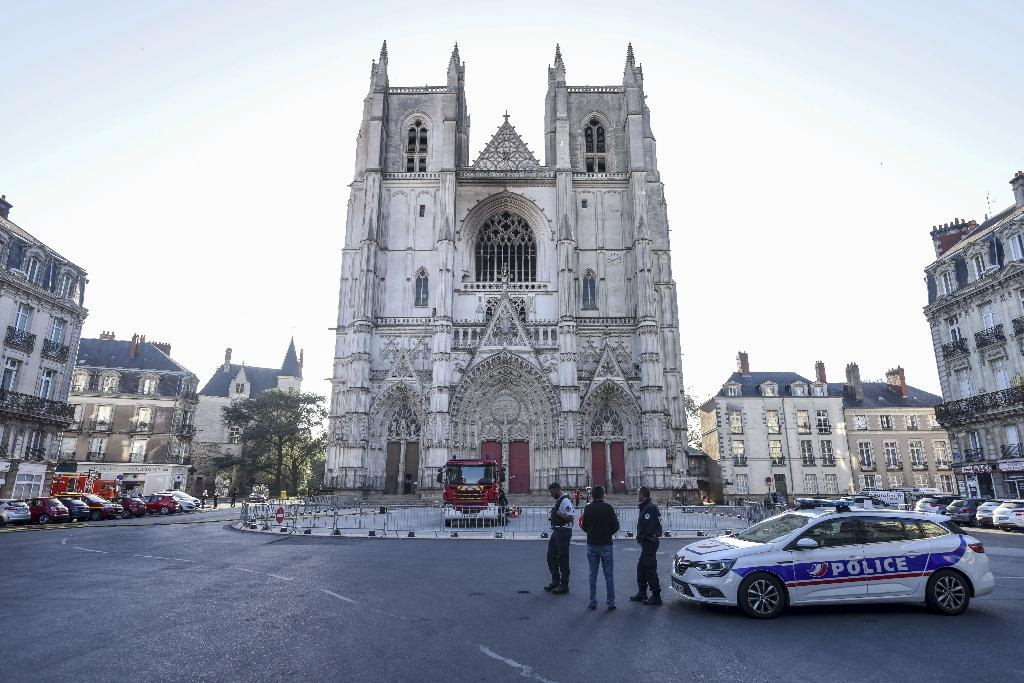 Abords de la cathédrale Saint-Pierre-et-Saint-Paul de Nantes, le 19 juillet 2020, au lendemain de l'incendie qui a ravagé son orgue