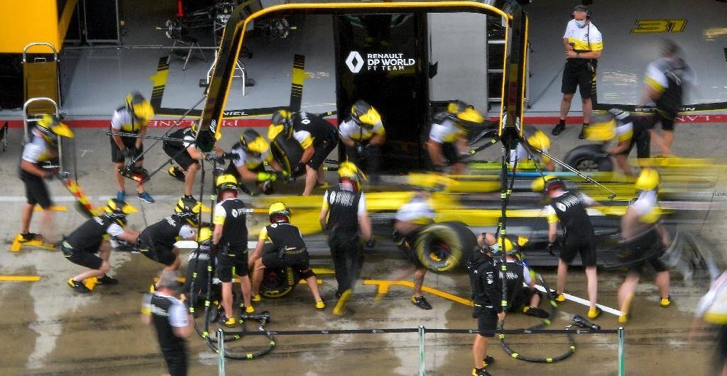 Les mécaniciens de Renault s'entraînent à changer les pneus aux stands le 2 juillet 2020, avant le Grand Prix d'Autriche à Spielberg