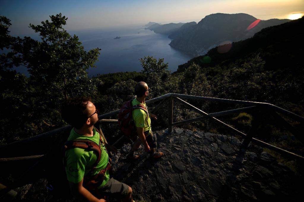 Des randonneurs sur le sentier des dieux (entiero degli Dei) en aplomb de la côte amlfitaine, le 1er juillet 2020