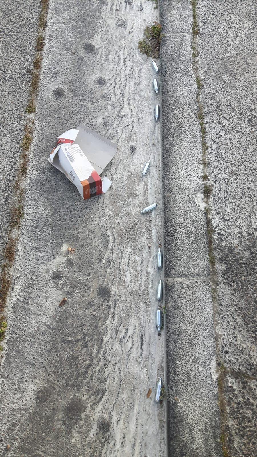 De nombreuses cartouches sont régulièrement retrouvées au sol.(DR)