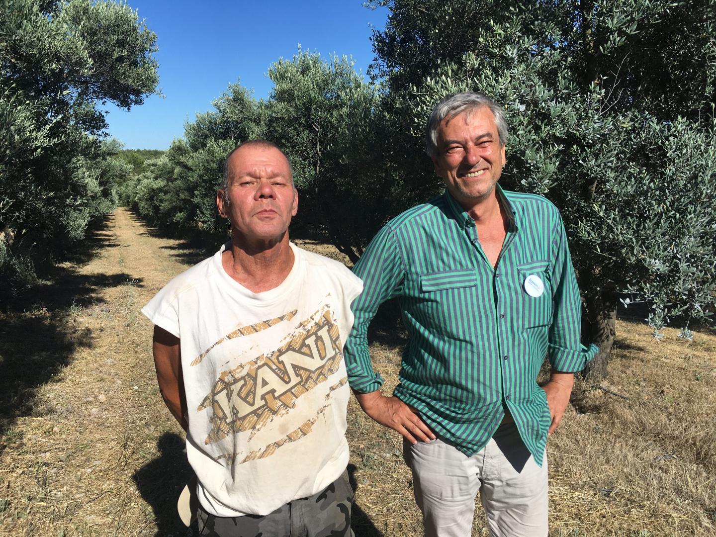 Sylvain Bernard, chef de culture, et Serge De Cuyper, propriétaire du domaine, ne veulent plus utiliser d'insecticide contre la mouche de l'olive.