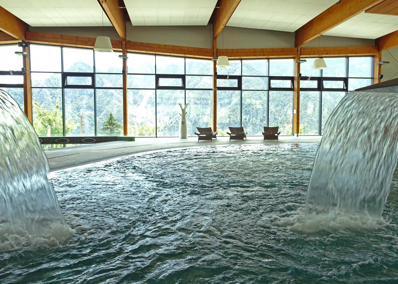 La piscine intérieure, avec une vue majestueuse.