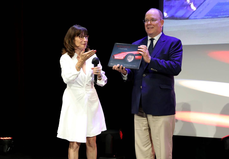 Sylvie Biancheri, directeur général du Grimaldi Forum a offert au souverain le catalogue de l'expo Monaco et l'automobile, collector puisque l'événement a été annulé.