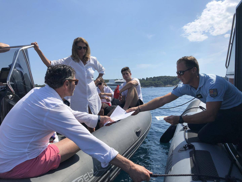 Cette famille néerlandaise a été surprise navigant à 25 nœuds dans un chenal limité à 10, à Cannes.