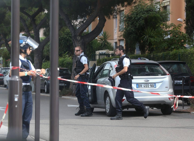 Les policiers vêtus de gilets pare-balles bloquent le boulevard Paul-Montel à Nice, hier matin, aux abords d'un Casino. Les assaillants ont tiré devant le supermarché après avoir remonté en courant l'avenue Martin-Luther-King.