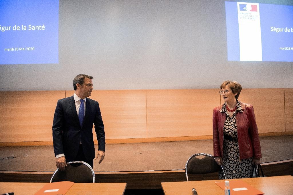 Olivier Véran et Nicole Notat lors d'une réunion du Ségur de la Santé le 26 mai 2020 à Paris.