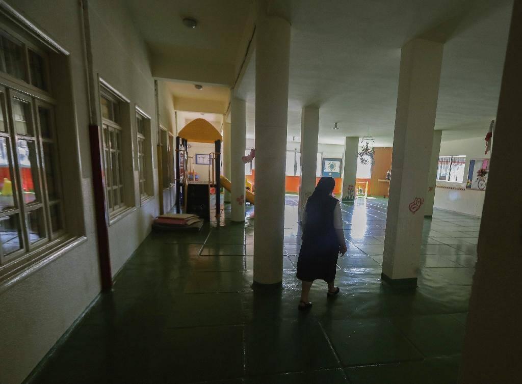 Une religieuse dans les couloirs vides de l'école Notre-Dame-de-Lourdes, à Zahle, au Liban, le 30 juin 2020