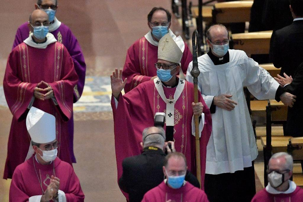 L'archevêque de Barcelone Juan Jose Omella (C) et des membres du clergé à la Sagrada Familia à Barcelone le 26 juillet 2020
