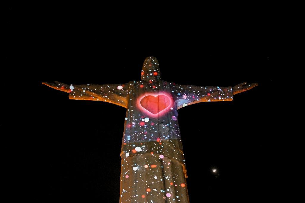 L'image d'un coeur est projetée sur la statue du monument de Cristo Rey à Cali, en Colombie, durant les célébrations du 484ème anniversaire de la ville, le 25, juillet 2020