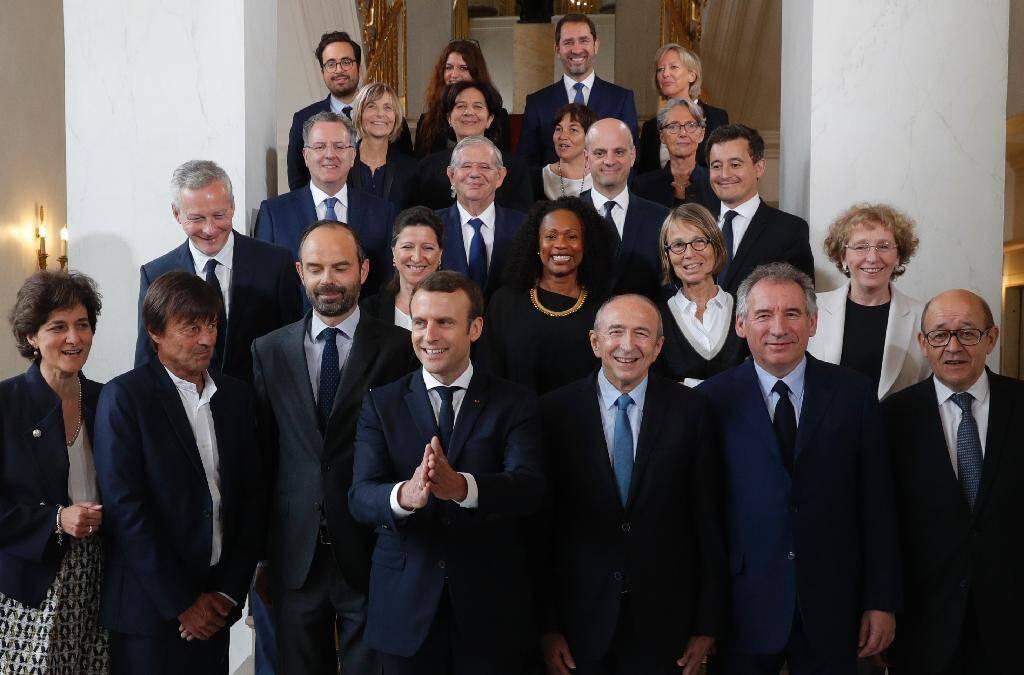 Le président Emmanuel Macron et le Premier ministre Edouard Philippe posent pour une photo de famille avec les membres du nouveau gouvernement à l'issue du premier Conseil des ministres, le 18 mai 2017 à l'Elysée, à Paris