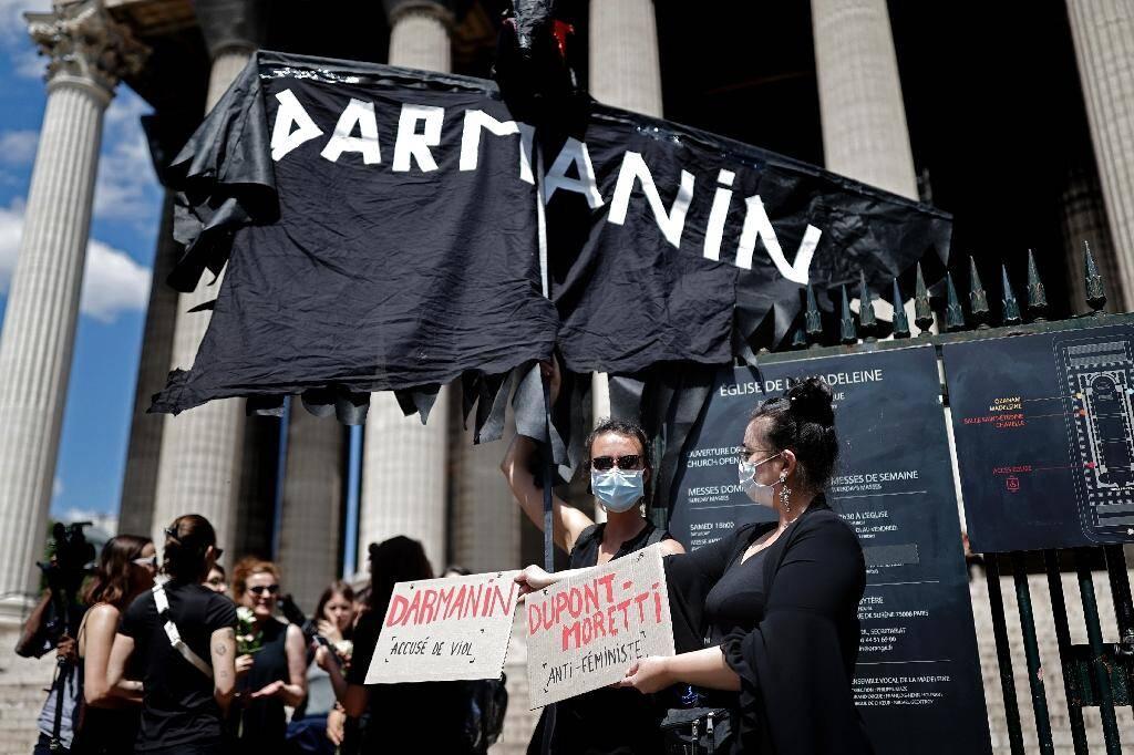 Un rassemblement de féministes manifeste contre les nominations de Gérald Darmanin à l'Intérieur et d'Eric Dupond-Moretti à la Justice, le 7 juillet 2020 à Paris