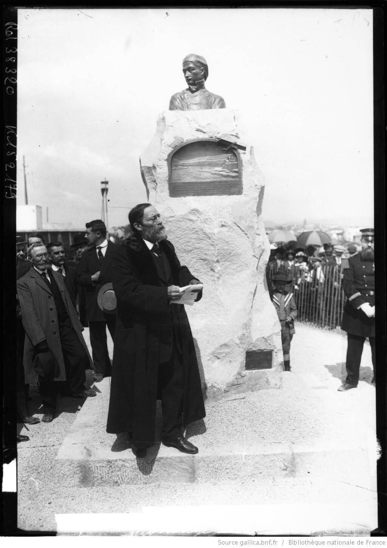 Le célèbre poète et romancier Jean Aicard, prononçant l'éloge de Roland Garros à travers son exploit aéronautique.