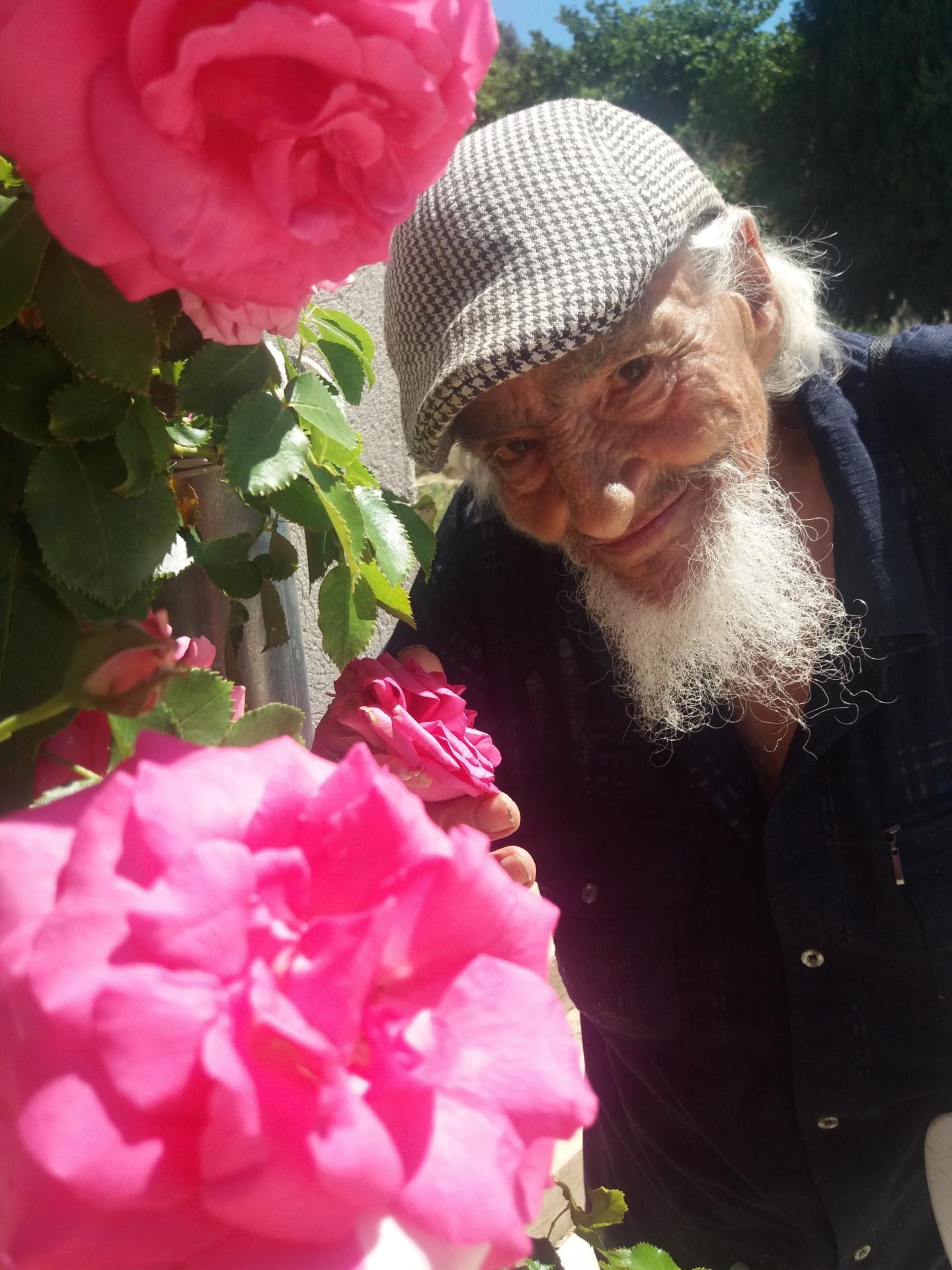À 94 ans, Lucien jardine, échange, aide et participe ainsi activement à la vie du hameau.