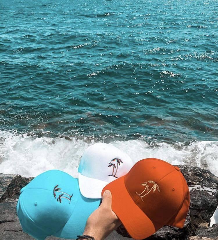 Des casquettes de la marque hyéroise.