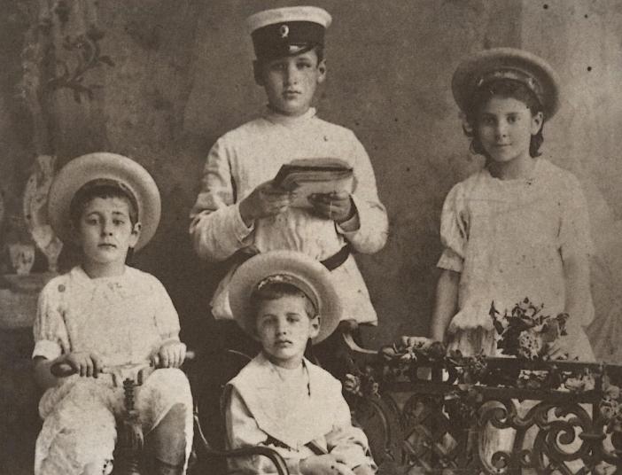 Les trois garçons de ma famille Kessel (Joseph debout au centre), vers 1907 ou 1908 à Orenbourg (Russie). Publiée dans Kessel d'Ivan Stephen (1985).