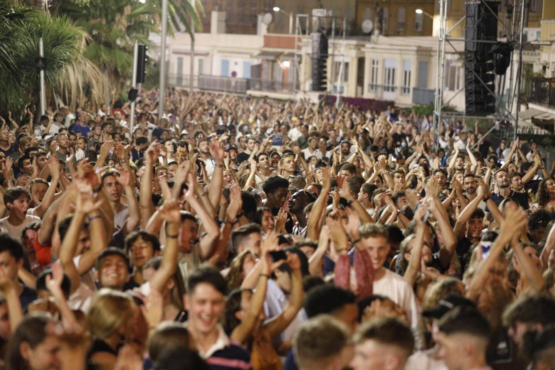 Des milliers de personnes, rassemblées dans une foule compacte, ont assisté au concert du DJ The Avener ce samedi soir à Nice.