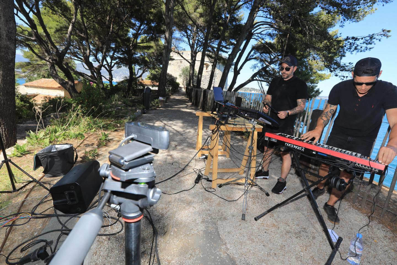 Sur les hauteurs du fort, le groupe Shade enregistre en direct. Image et son.