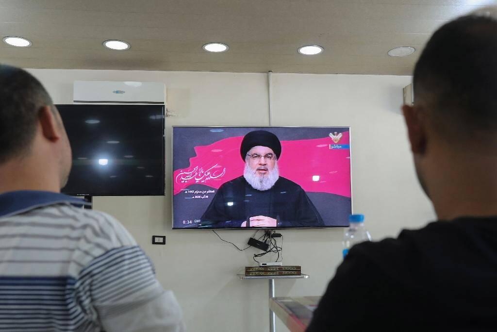 Des Libanais regardent le discours télévisé du leader du Hezbollah, le 30 août 2020 à Beyrouth