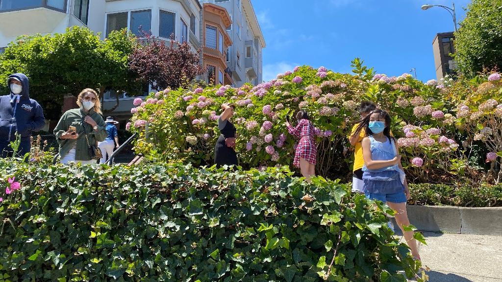 Des touristes portant des masques dans Lombard Street, une des rues les plus célèbres de San Francisco, Etats-Unis,le 2 août 2020
