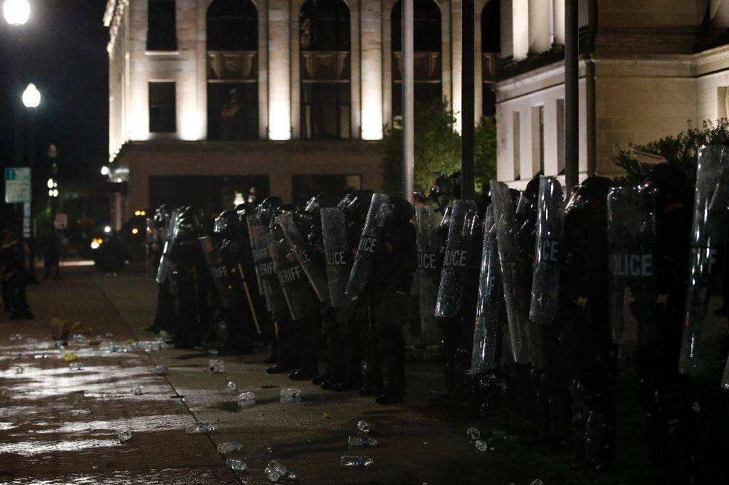 Des policiers font face aux manifestants, le 24 août 2020 à Kenosha (Wisconsin)