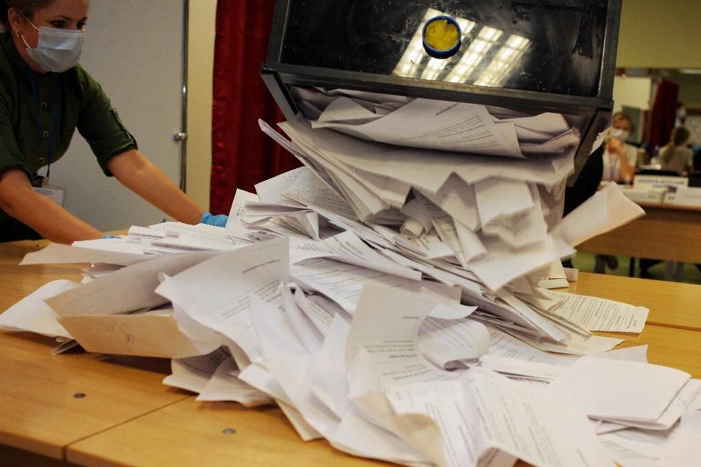 Dépouillement des bulletins de vote, le 9 août 2020 à Minsk, en Bélarus