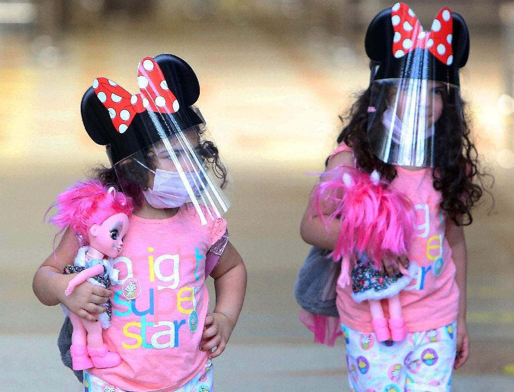 Deux enfants à l'aéroport international de Koweït le 1er août 2020