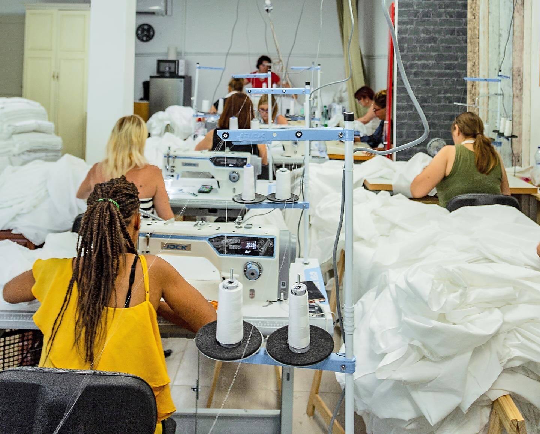 Dans les deux ateliers de La Madeleine, pas moins de vingt-cinq employées.