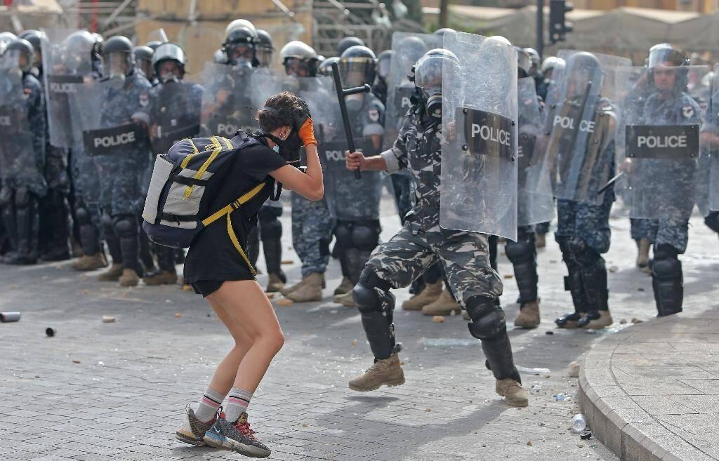 Un policier frappe un manifestant, le 8 août 2020 à Beyrouth