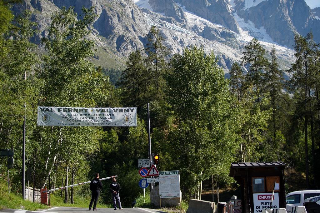 Les autorités bloquent une route près du glacier de Planpincieux à Courmayeur, le 8 août 2020 dont un gros bloc menace de s'effondrer
