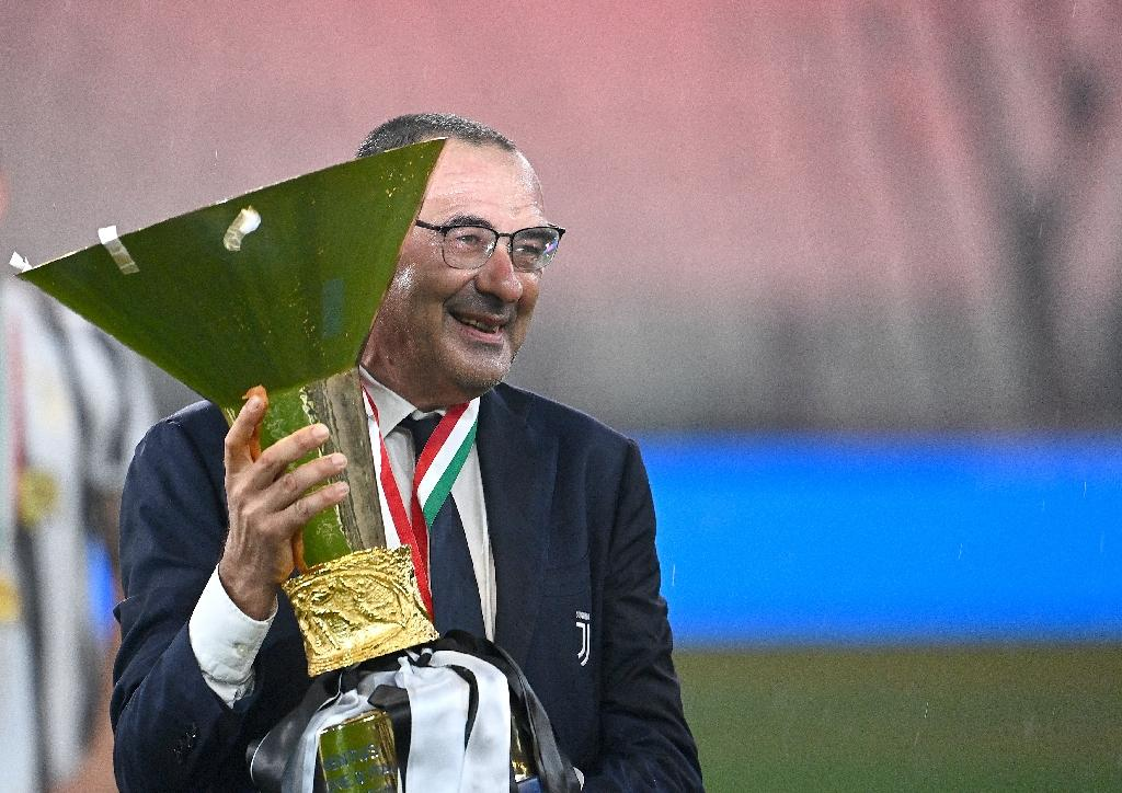 L'entraîneur de la Juventus Maurizio Sarri pose avec le trophée de Champion d'Italie, le 1er août 2020 à Turin