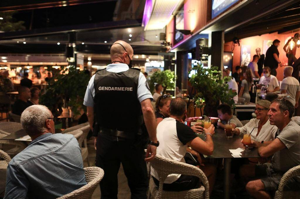 Un gendarme patrouille dans un bar pour contrôler le port du masque à Argelès-sur-Mer, le 13 août 2020