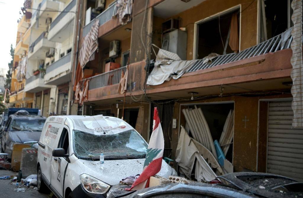 Photo prise le 6 août 2020 montrant une rue de Mar Mikhael, un quartier  de Beyrouth dévasté par deux énormes explosions deux jours auparavant