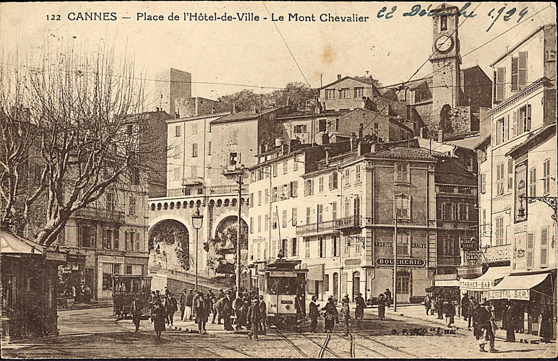 La place Félix-Faure était le point de départ de toutes les lignes desservant aussi bien Cannes que les villes voisines.
