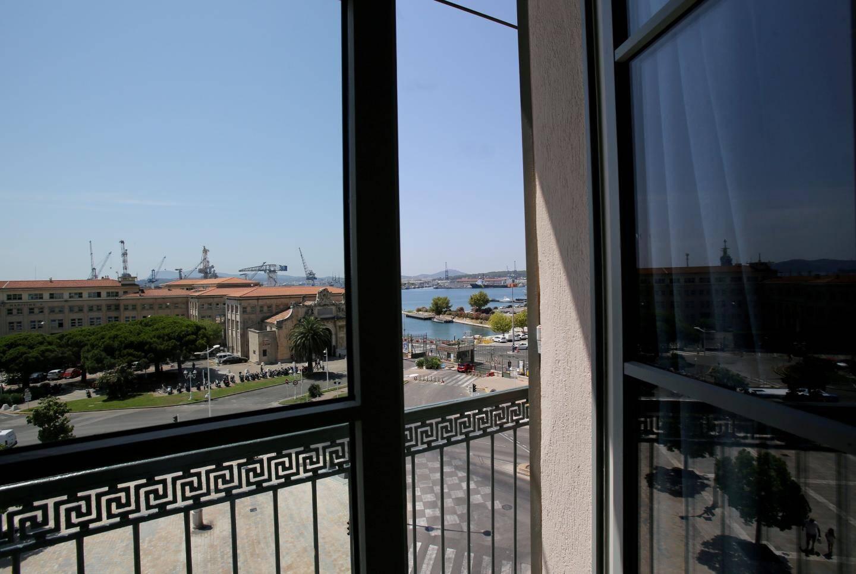 Vue imprenable sur le port et la rade depuis les balcons des chambres donnant sur la place Monsenergue.