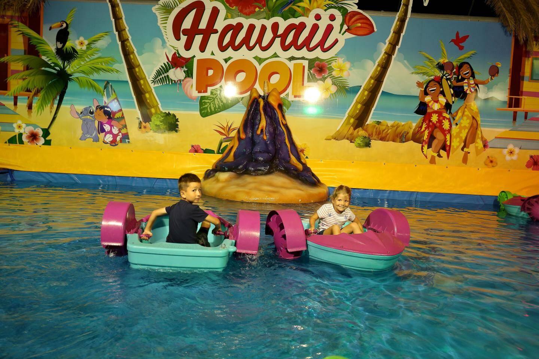Avec Hawaï Pool, les enfants pilotent eux-mêmes leur bateau en actionnant deux manivelles. Le manège préféré de Raphaël et Manon!