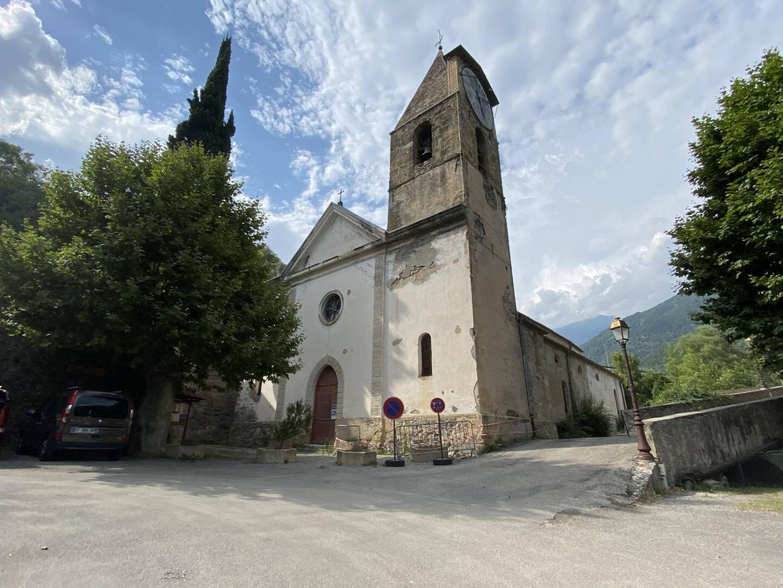 Une vue de l'église du village du Roquebillière.