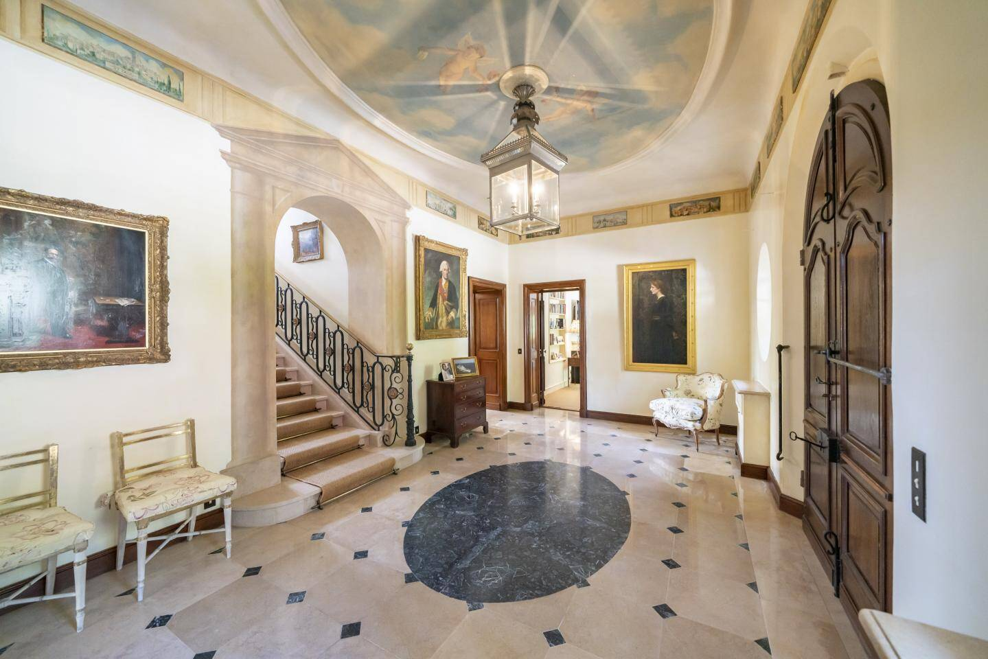 La demeure possède un escalier en pierre et sa rampe Louis XIII.