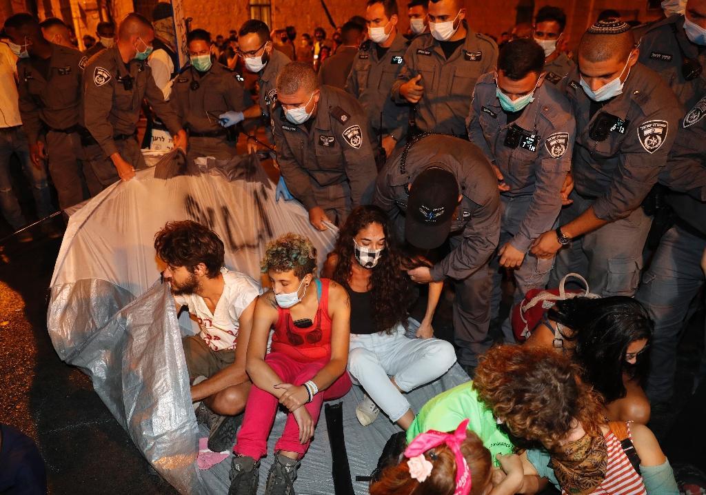 Des policiers israéliens procèdent à une arrestation lors d'une manifestation contre le gouvernement, à Jerusalem le 20 septembre 2020