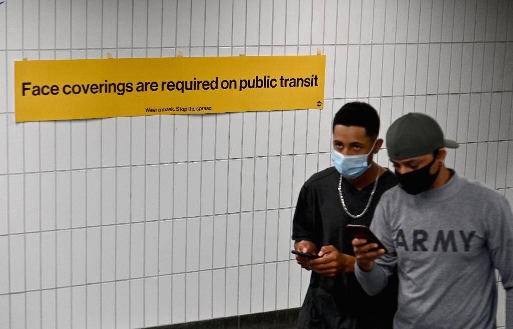 Deux passants à la sortie du métro de New York le 31 août 2020