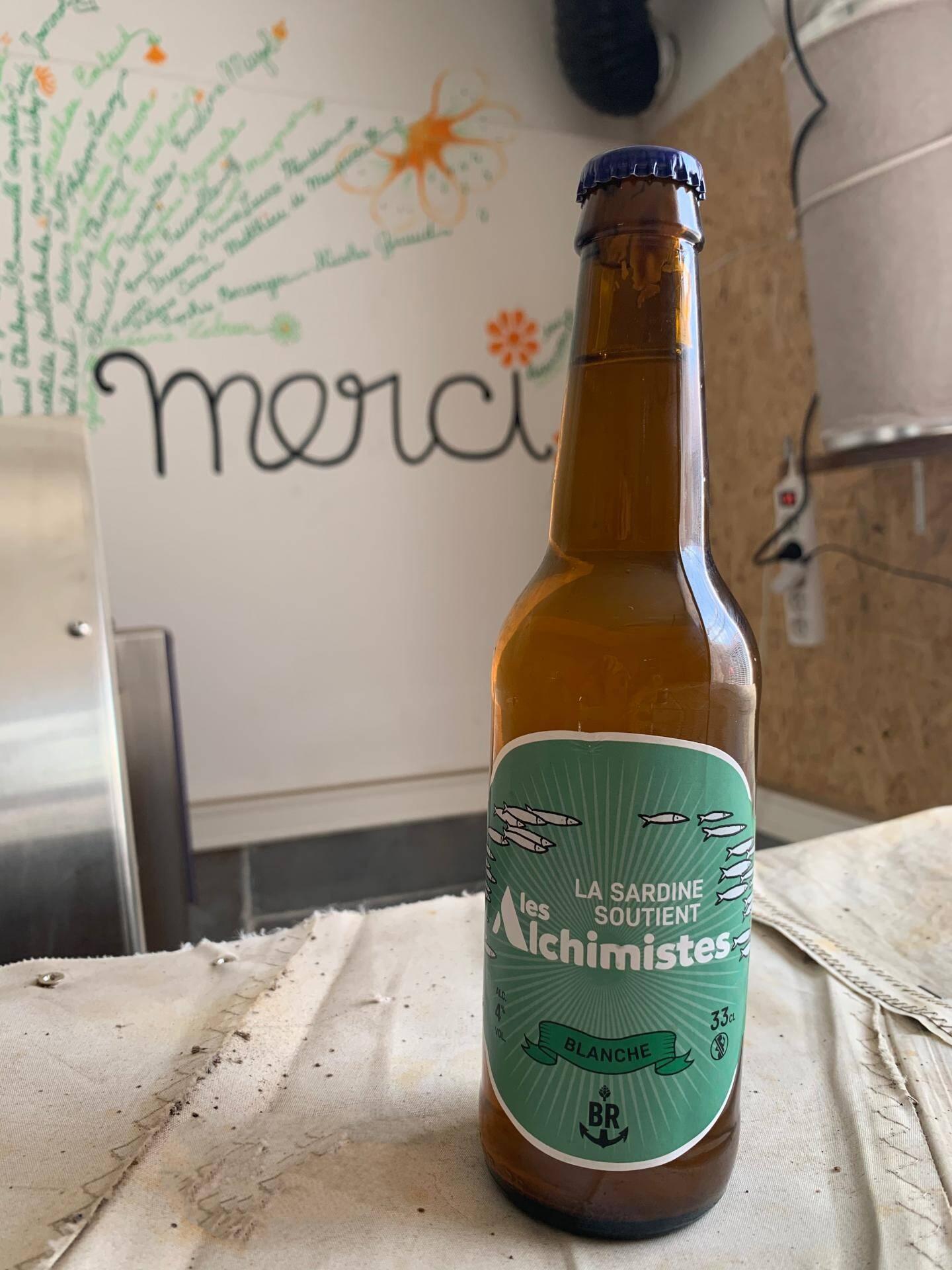 """Une bouteille qui porte l'étiquette des """"Alchimistes""""."""