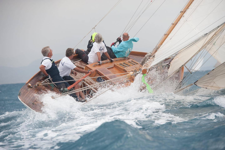 Les skippers ont dû se battre avec le vent, hier dans la baie d'Antibes.