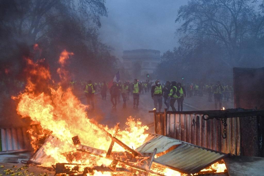 """Feu de barricades lors d'une manifestation de """"gilets jaunes"""" à proximité de l'Arc de Triomphe à Paris le 1er décembre 2018."""
