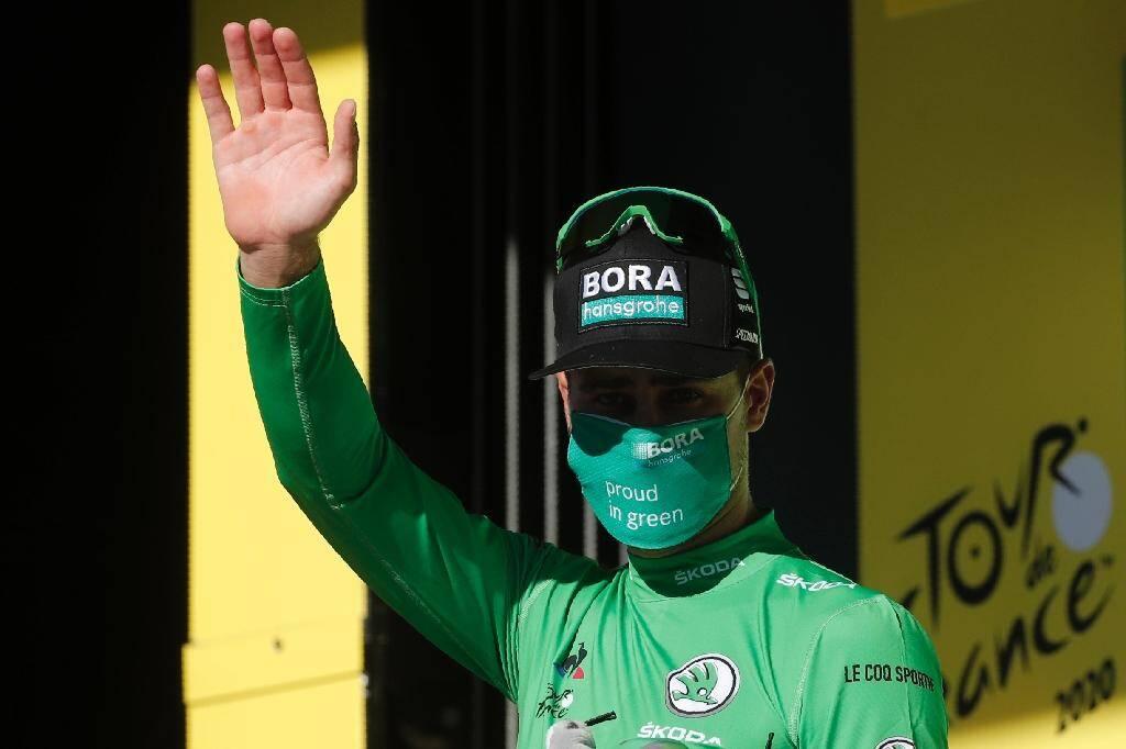 Le sprinteur de l'équipe Bora Peter Sagan endosse le maillot vert sur le podium de la 7e étape du Tour de France à Lavaur, le 4 septembre 2020