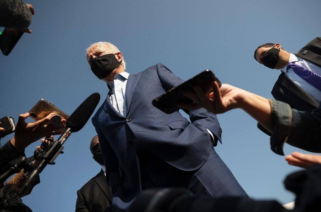 Joe Biden parle à des journaliste à l'aéroport de New Castle près de son domicile de Wilmington, dans le Delaware, le 23 septembre 2020