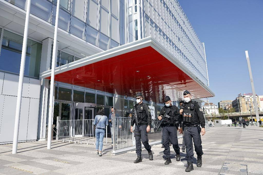 Patrouille de policiers à l'extérieur du tribunal de Paris, le 2 septembre 2020, à l'ouverture du procès des attentats de janvier 2015
